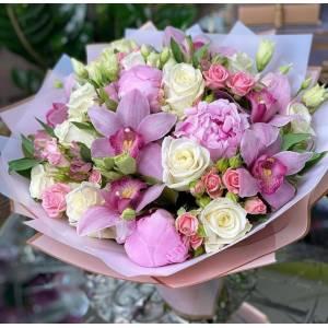 Сборный букет с пионами и орхидеей R511