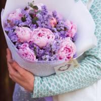 Букет розовые пионы и статица с оформлением R591